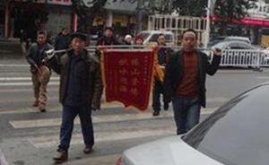 三台警方的双重标准:敲锣送表扬锦旗无责,批评锦旗上路被拘