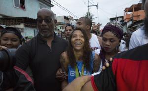 """当地时间8月22日,巴西里约热内卢,巴西柔道奥运冠军Rafaela Silva回到""""上帝之城""""贫民窟,受到英雄般的热烈欢迎。Silva在充斥着暴力与贫穷的贫民窟里长大,被国际奥委会主席托马斯-巴赫特别点名,称她的成功是对全世界人民的鼓舞。东方IC 图"""