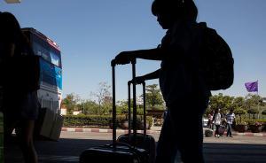 媒体关注孩子出国游学不文明行为,专家:家庭教育不当是祸根