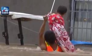 消防员洪流里奋力救小孩,一手攀绳一手抱人多次险被冲走