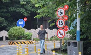 """2016年8月31日,成都新会展中心附近的各种交通警示标志上惊现手机APP上未读消息的""""小红点""""。不少网友表示,强迫症好想戳。 视觉中国 图"""