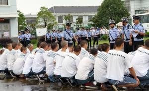 2016年7月5日,截至下午17:57,随着最后一批150名罪犯安全抵达铜陵监狱,受洪水威胁的九成监狱管理分局泊湖监区594名罪犯(包括80名老弱病残犯)全部安全转移。监狱民警清点服刑人员。 东方IC 图