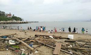 台风后的鼓浪屿每天限游客1.5万人,多处沙滩尚未清理垃圾