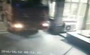 28岁男子酒后驾驶货车,冲入上海一小区连撞17辆车