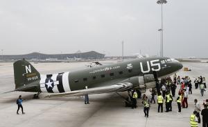 """2016年10月15日,昆明,一架二战美军飞虎队的C-47运输机从曼德勒飞跃驼峰航线,降落在昆明长水机场。这是时隔70年之后,飞虎队的C-47运输机再次降落在昆明。值得一提的是,这架飞机的飞行路线,正是70年前著名的""""驼峰航线""""。""""驼峰航线""""是世界战争空运史上持续时间最长、条件最艰苦、付出代价最沉重的航线。在这条航线上,美军共损失飞机1500架以上,牺牲飞行员近3000人。据悉,这架C-47运输机将续飞至桂林,并赠予中国,用来纪念这段光辉灿烂的中美两国联合抗日的历史。  视觉中国 图"""