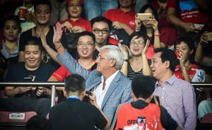 2016年10月23日,广州,新上任的国足主帅里皮来到广州天河体育场,观看中超广州恒大队对阵延边富德队的比赛。里皮到了看台后向现场球迷挥手致意。从2012年5月17日到2015年2月26日,1015天,三个中超冠军,一个亚冠冠军,一个足协杯冠军,这是里皮留给中国足球一系列难以望其项背的纪录。 新华社 图