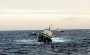 上海船长指挥渔船用缆绳救13名倾覆船船员,众船鸣笛庆祝