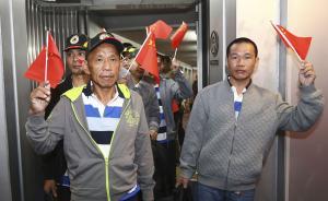 """2016年10月25日,广州,9名遭索马里海盗绑架后获救的中国同胞安全抵达广州白云国际机场。外交部工作组在白云机场举行了简短的欢迎仪式,欢迎被绑架船员回国。2012年3月,阿曼籍台湾渔船""""NAHAM3""""遭索马里海盗劫持,船上有29名船员,其中10名大陆同胞、2名台湾同胞,还有来自菲律宾、越南等国的17名船员。其间,包括1名大陆同胞、1名台湾同胞在内的3名船员不幸身亡。经多方努力,北京时间2016年10月22日,幸存的26名船员安全获救。 新华社 图"""