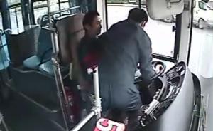 乘客突发精神疾病抢夺方向盘,南京一公交司机冷静停车