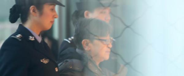 """11月16日,在北京首都机场,""""百名红通人员""""头号嫌犯杨秀珠回国自首。 新华社  图"""