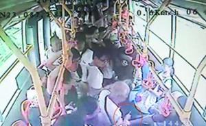 """广州九旬老伯公交车上被挤撞,拔刀相向称是""""自卫"""""""