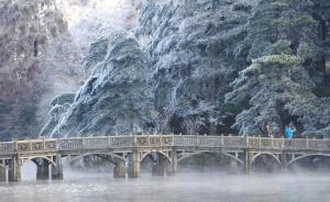 2016年11月24日,江西九江,江西庐山雪后放晴,雾凇在蓝天和白云的映衬下,构成了冬韵庐山的独特魅力,让来山的中外游客大饱眼福。据悉,11月23日,受强冷空气南下影响,江西庐山出现今年入冬以来的首场降雪,并出现了雨凇、雾凇等复合型冰雪景观。视觉中国 图