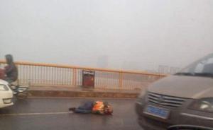 武汉61岁环卫工捡路面垃圾被撞身亡,同事呼吁勿车窗抛物