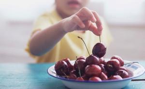 吉林一幼儿园摆拍孩子吃水果视频发给家长:拍完就收走水果
