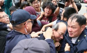 民进党柯建铭被劳工团体打怕了?20名警力护送其至议场