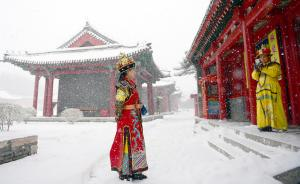 2016年12月08日,辽宁省沈阳市,游客装着古装在沈阳故宫里拍照。今日沈阳降下罕见大雪,人们来到沈阳故宫等地赏雪,玩雪。大雪将从早9时下至晚7时,或迎今冬以来最强降雪。 视觉中国 图