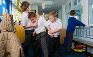 英国一名学生被同学殴打,看校长是怎么处理的
