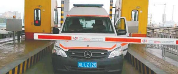 救护车为12元过路费停车理论24分钟,当事司机待岗培训