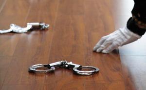 网上逃犯无证醉驾撞上抢劫嫌犯,被用枪顶头勒索1万
