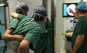 浙江一名医生腰椎病发作,仍坚持坐轮椅戴护具做完8台手术