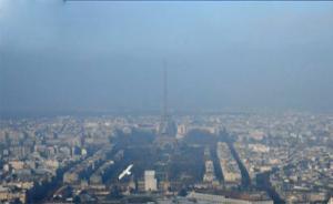 """法国巴黎遭遇雾霾天气,埃菲尔铁塔开启""""隐身""""模式"""