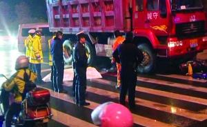 渣土车雨中撞上电动车,南京初一男生倒在斑马线上