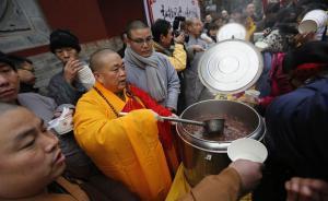 2017年1月5日,河南省登封少林寺,少林寺腊八施粥并举行祈福法会。图为释永信现场施粥。  视觉中国 图