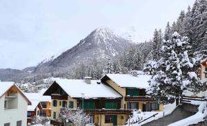达沃斯位于瑞士东部靠近奥地利边境的阿尔卑斯山区,坐落在一条17公里长的山谷里,周围群山环抱,人口只有一万多。图为1月15日拍摄的瑞士冰雪小镇达沃斯。  新华社 图
