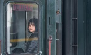 1月16日,广东东莞火车站,一名年轻女孩透过列车车门往外看,似乎在寻找家的方向。