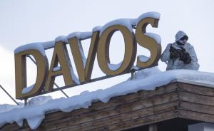 """当地时间2017年1月16日,瑞士达沃斯,2017年冬季达沃斯论坛,即世界经济论坛年会即将举行,主题为""""领导力:应势而为、勇于担当""""。警察在会场附近手持枪支严阵以待,加强安保工作。 东方IC 图"""
