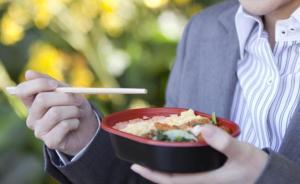 湖南一大学生点外卖吃出两颗牙齿,餐厅:系猪牙齿,已道歉