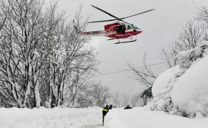 当地时间2017年1月19日,直升机与救援人员赶往Rigopiano酒店。今日意大利中部阿布鲁佐大区法林多拉山区发生雪崩,当地一家酒店受到冲击,部分设施被雪掩埋,救援人员在酒店中发现大约30名死者的遗体。   东方IC  图