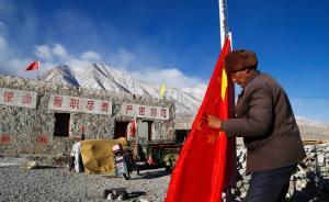 2017年1月24日,西藏阿里地区扎西岗乡64岁的老民兵白玛吾金,手里拿着崭新的国旗走向旗杆换下已破损的国旗。他从1972年开始当民兵,至今已有45个春秋,常年坚守在阿里地区至扎西岗乡沿途的鲁玛大桥。他说马上就到春节了,我也要让崭新的国旗飘扬在这里。  视觉中国 图