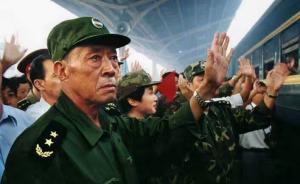 98抗洪前线,那位眼含热泪致敬抗洪战士的将军董万瑞走了
