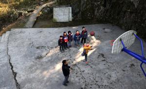 """2017年2月13日,重庆市黔江区舟白街道""""微小学""""五台村小学的师生在上体育课。五台村小学坐落在海拔1000多米的大山上,这学期学校只有58岁的罗永顺老师带着7名学生,开始新学期的生活。  新华社 图  责任编辑:乐浴峰"""