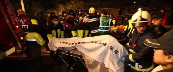 台湾翻车事故已致32人死亡,初步排除车上有大陆游客