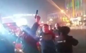 黑龙江两男子殴打的哥暴力抗法触碰防暴枪,巡特警鸣枪示警