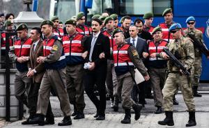 当地时间2017年2月20日,土耳其穆拉省,数十名土耳其士兵因在政变中参与刺杀总统埃尔多安出庭受审。法院外高度戒备,土耳其司法部长要求对这些士兵判处无期徒刑。当地时间2016年7月15日,土耳其发生军事政变,彼时总统埃尔多安正在穆拉省西南部地区度假,埃尔多安下榻酒店在其离开15分钟后遭到了轰炸。 视觉中国 图
