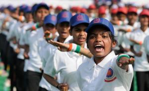 当地时间2017年2月20日,印度新德里,女孩们聚集Khatu Shyam体育馆,展开自卫训练。2012年新德里公交车轮奸案后,政府虽然出台严格法律,但强奸案有增无减,日前印度当红女星在街头被劫持轮奸,震惊印度全国。 视觉中国 图