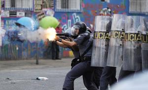 2017年2月23日,巴西圣保罗,巴西警方与吸毒者以及一些民众发生激烈冲突,警方动用催泪瓦斯弹将人群驱散,对抵抗者进行抓捕。东方IC 图