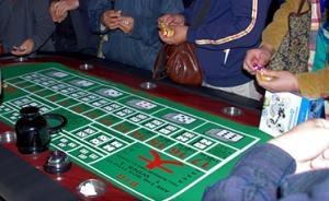 丈夫赌博期间欠债是否要妻子共同承担,天津两法院判决相反