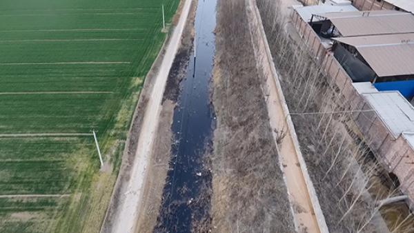 """环保志愿者航拍河南新乡污染后的""""酱油河""""'"""