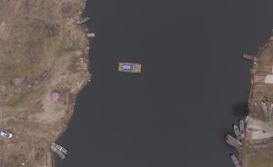 2017年3月20日报道,河北燕郊,每天有超过30万人因为工作往返燕郊与北京之间,早晚高峰拥堵成为必然。为了避开拥堵路段,一条燕郊车主乘摆渡船过潮白河进京的消息,近日在网上蹿红。  东方IC 图