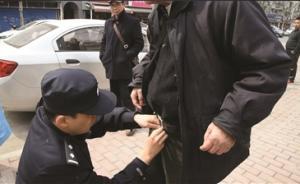暖闻丨南京警察当街帮失禁老人穿好裤子:人老了也有尊严