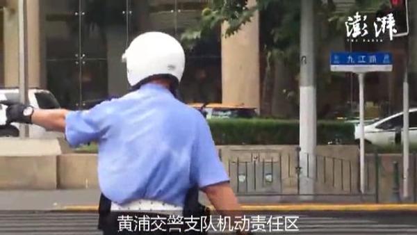 7月28日上午,澎湃新闻记者兵分四路,记录建筑工、电力维修工,环卫工以及交警在上海高温下坚守岗位。 编辑 邓雅菲 廉秀宇