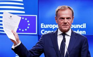 """当地时间2017年3月29日,比利时布鲁塞尔,欧洲理事会主席图斯克手持英国""""脱欧""""信函,发表声明。他表示,对于欧盟来说,3月29日是""""不愉快的一天"""",大部分欧洲人希望英欧""""不分家""""。据报道,收到英国政府信函后,图斯克对媒体公布了简短的声明,称""""没有理由假装这是愉快的一天""""。他还对英国说:""""我们已经开始想你""""。视觉中国 图"""