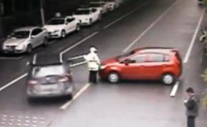 女子停车没拉手刹,轿车倒退到马路中央