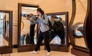 2017年3月29日,上海,即将开放的大世界进门口原汁原味保留了12面哈哈镜。它们是许多人排名第一的童年记忆。这12面大镜子能使人变长、变矮、变胖、变瘦等,千姿百态,引人发笑,很是好玩。它们是荷兰定制真正的西洋镜。视觉中国 图
