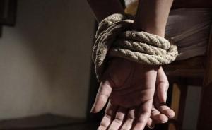 湖南邵阳警方破获一起绑架案,两嫌犯逃跑途中撞死一人