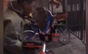 共享单车被堆叠在一起,流浪汉一一摆好